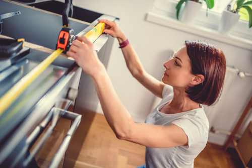 When renovating, be aware of cheaper materials such as brushes or paint. Inexpensive trowels are often used instead of expensive tools for plastering in ceilings. Be careful when buying furniture - watch your budget!